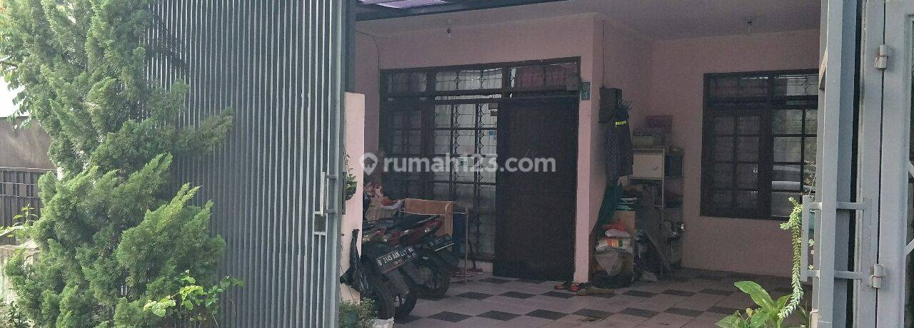 Rumah Tinggal di jln. utama Komp Taman Holis Indah Bandung depan taman