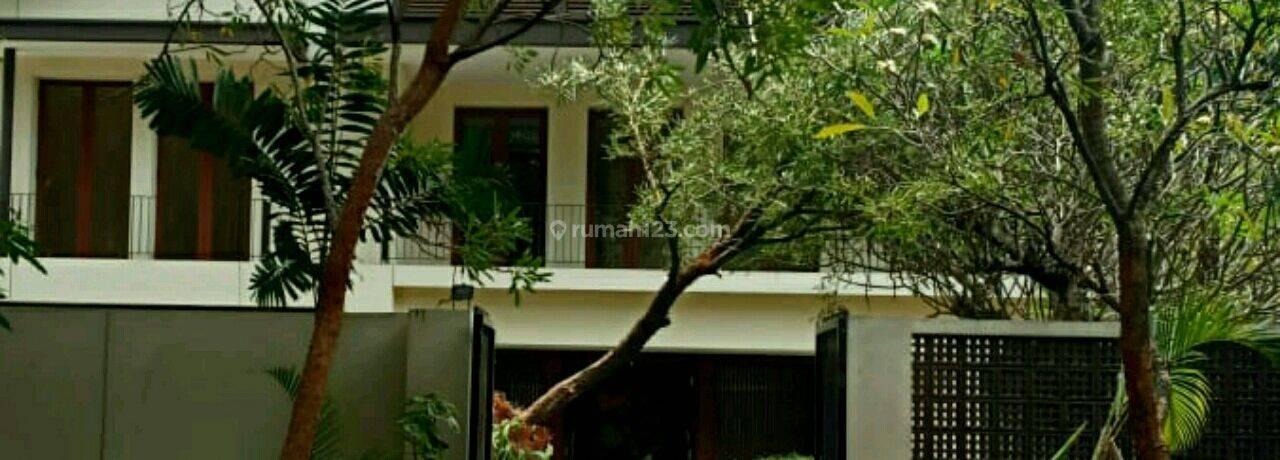 Rumah cantik , mewah dg spool. di Jl. Brawijaya.