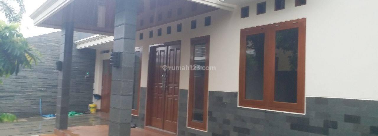 ADA SWIMMPING POOL - Rumah Mewah Idaman Keluarga  Solo Kota