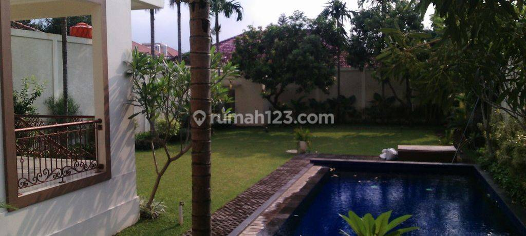 A Luxurious House with Nice backyard and pool in Kemang