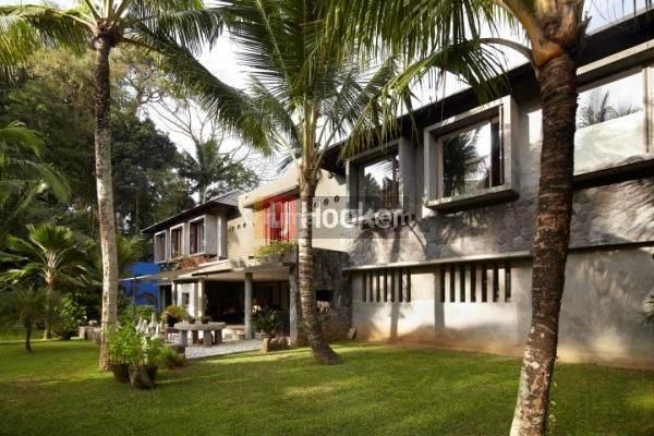 Villa Dengan Halaman indah di Jl. Raya mambal Semana