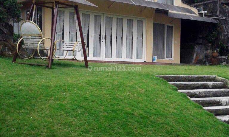 Jual Villa dengan Taman Luas & Bagus, Bangunan Terawat, Siap Huni