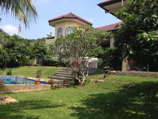 Rumah asri dgn taman luas dan swimming pool di Ragunan