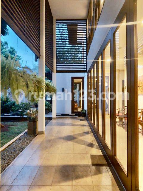 Luxurious Tropical Modern Halaman Luas