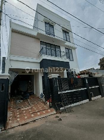 Rumah baru 3 lantai proses Finishing di Kalibata utara,Jakarta Selatan