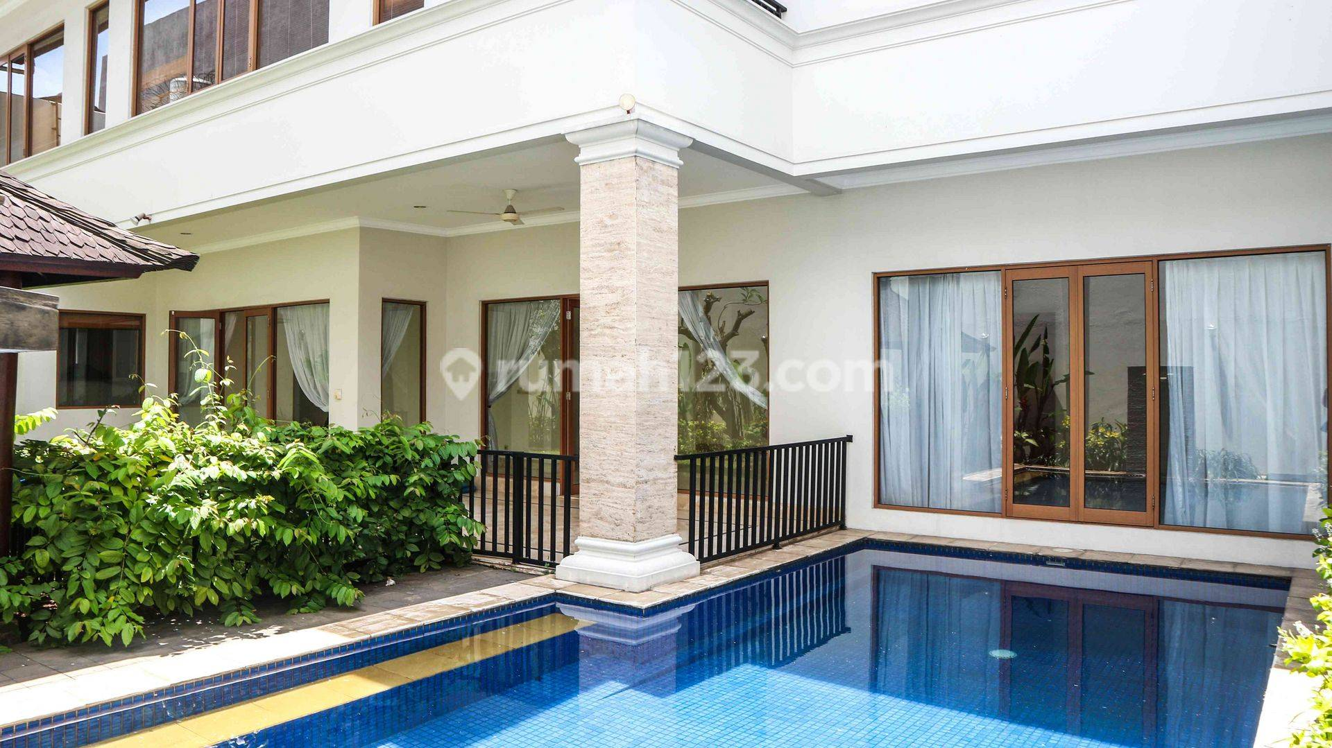 Modern Stand-alone house in Pondok Indah, 650 sqm with 5 BR and Private pool, Ready to move in!