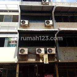 Ruko Komersial Di Jl. Ketapang / Zainul Arifin