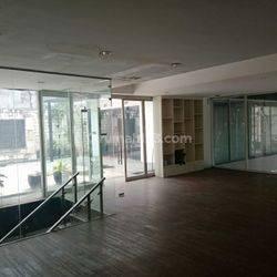 Bangunan dua lantai ini berlokasi strategis di Jl. Sultan Iskandar Muda,