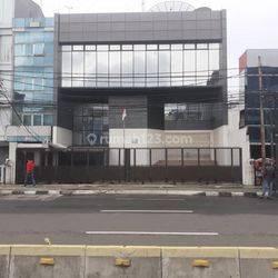 gedung perkantoran dipinggir jalan, di Jl. Suryopranoto.