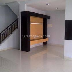 Rumah Semi Furnished 2,5 LT Cantik di Puri Mansion