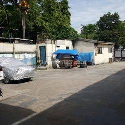 Lokasi Eks Bengkel dan Kos kos an berada di pinggir jalan raya
