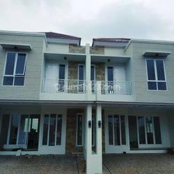 Rumah dua lantai fasilitas kolam renang
