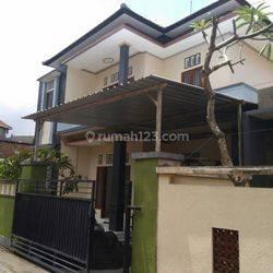 Rumah 2 lantai dengan kamar banyak