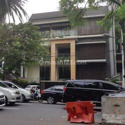 Rumah pinggir jalan cocok buat usaha atw kantor di jl.suryo Jakarta Selatan
