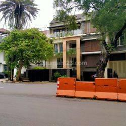 Huniyan mewah hitung tanah di jalan Suryo Kebayoran baru Jakarta Selatan