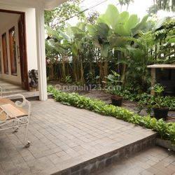 Mewah, 2 Lantai, Semi Furnished, Cocok untuk Expat, di Simprug Garden