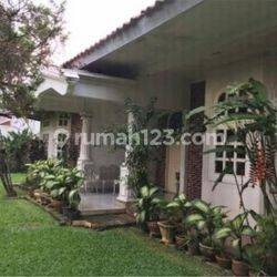 Rumah Besar dalam Lingkungan Elite di Patra Kuningan, Jakarta Selatan.