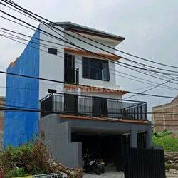 Rumah ada kolam renang di Cipedak Jagakarsa Jakarta Selatan