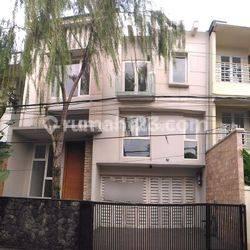 Rumah Baru Lokasi Strategis dekat Mall Gandaria City di Gandaria Jakarta Selatan, UB