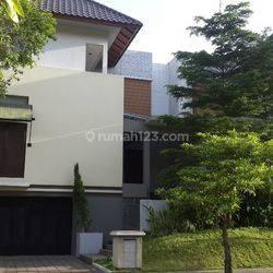 Rumah Cluster Exclusive, dengan 4 kamar dan ada AC dan Gordyn,