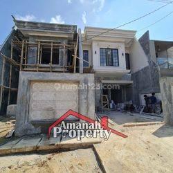 Rumah Desain Mewah di Dalam Komplek Lokasi Dekat TOL di Kukusan, Tanah Baru, Beji, Depok