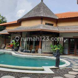 Balinesse Style Villa with Tropical Garden