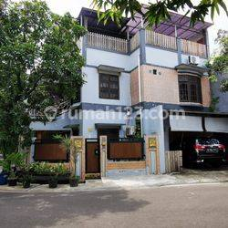 Rumah Second 3 lantai di Perum Paspampres . Kramat Jati - Jakarta Timur