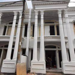 Rumah 2 lantai Jagakarsa 10 Menit Tol Brigif Kolam renang pribadi di kawasan asri