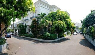 Rumah di Kebayoran town house 2lt 5br LT.400 LB.700 UF Rp.12M