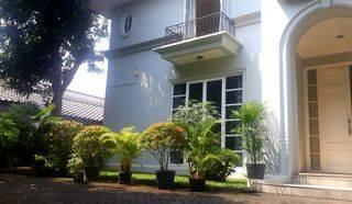 Rumah Mewah 2 lantai di Kemang Dalam Kolem Renang dan Taman