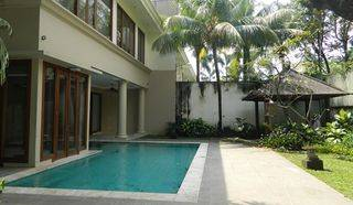 Tropical House In Gate of 4 houses and Has Beautiful Garden and S.Pool in Pejaten Barat