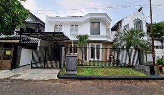 Rumah Modern Tropis dalam Komplek Daerah Lebak Bulus