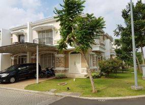 Rumah Klasik di Lingkungan Ruko Klasik. Sebrang Taman Club House