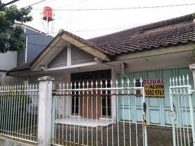 rumah lama dengan lokasi strategis di tengah kota