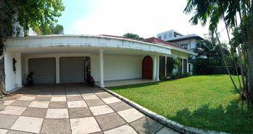Rumah Lama Halaman Luas Di Pejaten, Jakarta Selatan