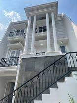 Rumah Baru Bergaya Klasik Pilar Mewah dalam Komplek Bona Vista