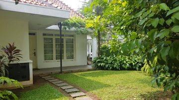 Rumah Nuansa Asri di Kebayoran Baru, Jakarta Selatan ~ Halaman Luas