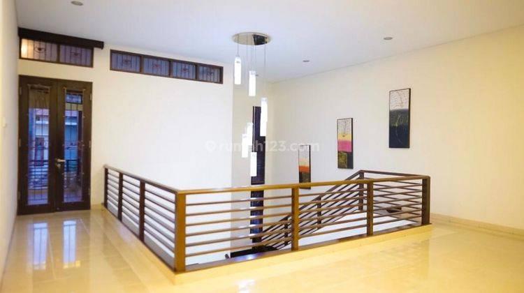 Cepat,BUC. Villa Cantik Terawat 2Lt, Siap Huni. Lokasi Depan Jalan Raya Utama 15
